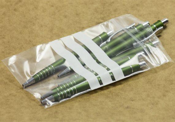 Druckverschlussbeutel beschriftet befüllt mit Kugelschreibern