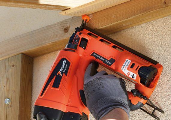 Druckluftnagler befestigt Holzlatten