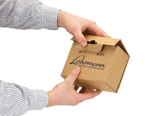 kleiner Karton bedruckt mit Lohrmann in schwarz