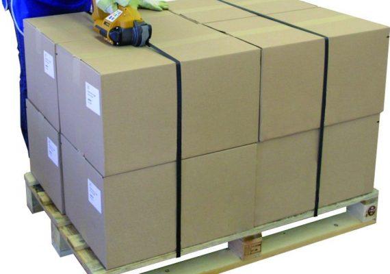 Strapex STB umreift Kartons auf Palette mit Umreifungsband