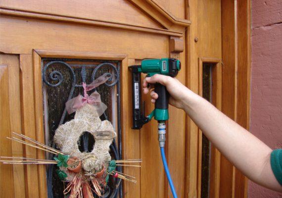 Druckluftnagler befestigt Leiste an Tür