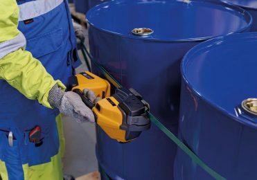 Akku-Umreifungsgerät Strapex STB 73 umreift PET-Band an blauen Fässern