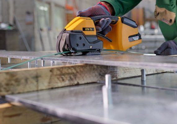 Strapex STB 73 umreift Metall an Holz mit PET-Band