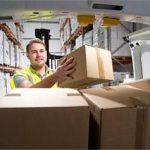 Mann versendet Kartons im Lieferwagen